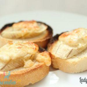 Грінки (тости) з бананом і козячим сиром