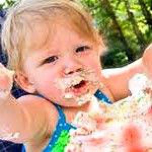Як навчити дитину тримати ложку і їсти самостійно