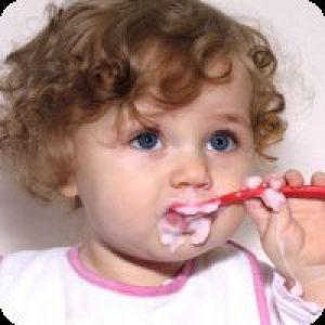 Як навчити дитину їсти ложкою?