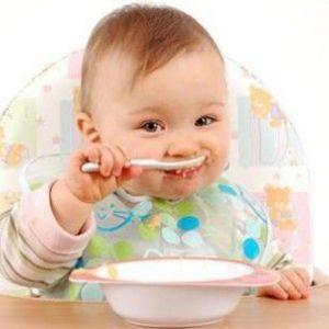 Як навчити дитину самостійно їсти ложкою