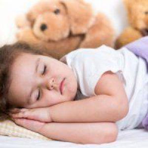 Як навчити дитину спати окремо?