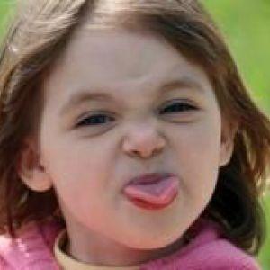 Як відучити дитину плюватися