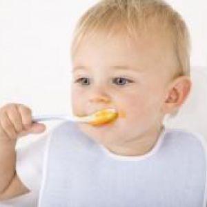 Як привчити дитину їсти ложкою самостійно