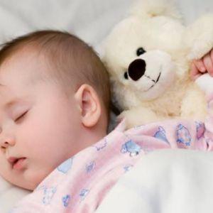 Як привчити дитину спати самому в ліжечку?