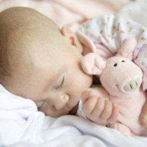 Як привчити дитину спати в своєму ліжечку