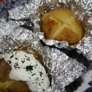 Картопля, запечений в фользі, з соусом
