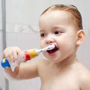 Коли і як правильно почати чистити зуби дитині?