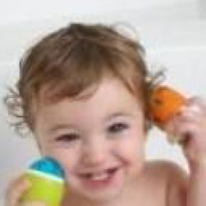 Купання дитини у великій ванні