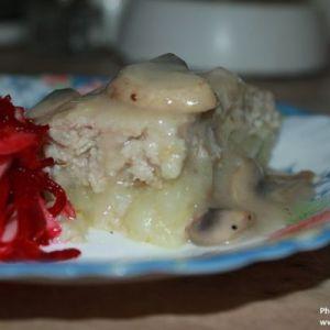 Курячий рулет з грибним соусом
