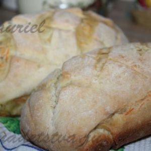 Морквяний хліб з цибулею і травами