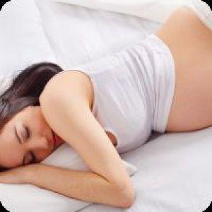 Чи можна вагітним спати на животі