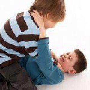 Дитина б`ється: що робити батькам?