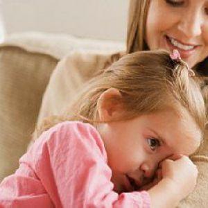 Дитина не відходить від мами