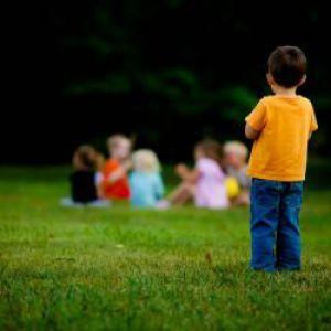 Дитина ні з ким не дружить: як боротися з дитячим самотністю?