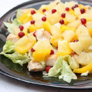 Салат з куркою і ананасами