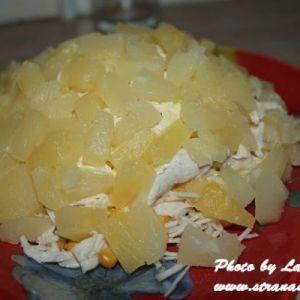 Салат з куркою і ананасом