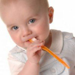 Вчимо однорічного малюка чистити зуби