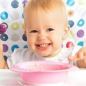 Вчимо дитину самостійно їсти ложкою: головні правила і хитрощі для батьків