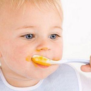 Вчимо свого малюка користуватися ложкою: правила та поради + відео